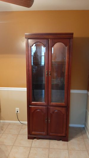 Broyhill Illuminated China Cabinet for Sale in Mount Laurel Township, NJ