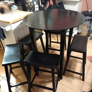 39 Inch table 5 24 Inch Bar Stools. for Sale in Elmont, NY