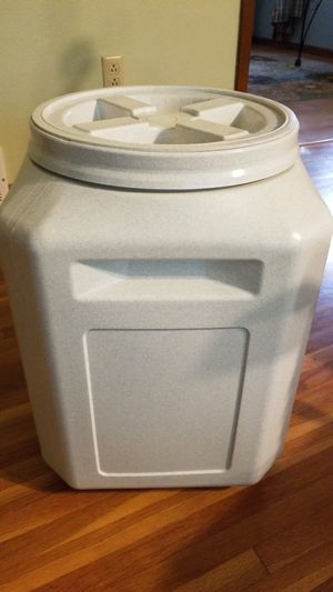 Gama 2, screw lid dog food container for Sale in Colona, IL