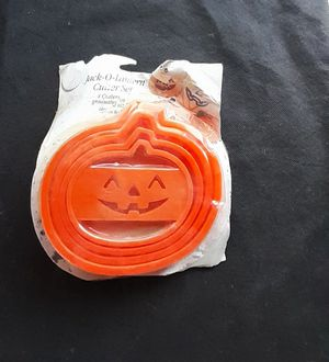 Cutlery: Wilton Cookie Cutters Set of 4 Various Sized Pumpkins for Sale in Moriarty, NM