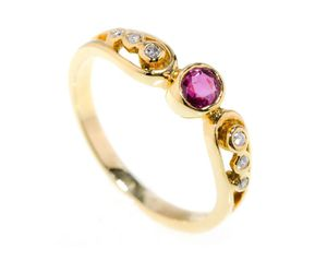 18kt Yellow Gold Ring with Round Brilliant Ruby and 6 Diamonds for Sale in Miami, FL