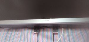 Samsung flat screen 32 in with wall mount for Sale in Haysville, KS