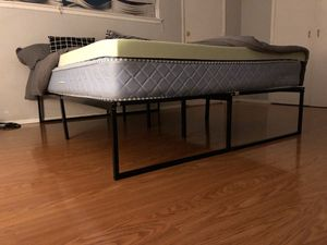 Queen size bed frame for Sale in Claremont, CA