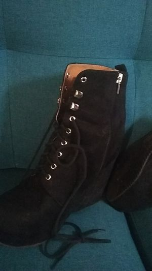 black sneaker heels with laces size 6/7 for Sale in Castle Dale, UT