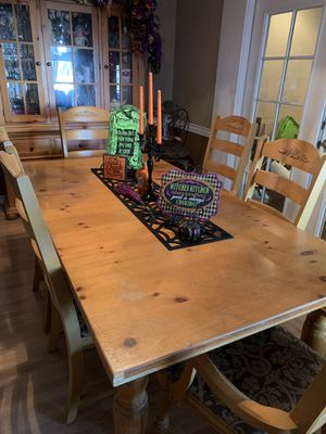 Fontana Collection by Broyhill (Kitchen Table with matching chairs) for Sale in Selma, CA