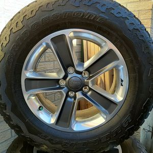 set of 5, 2020 Jeep Sahara Grey and Polished Wheels with Bridgestone Dueller AT 255/70 R18 Tires 800 for Sale in Aurora, CO