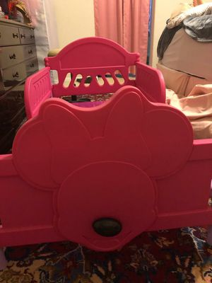 Minnie mouse pink toddler bed for Sale in Union City, CA
