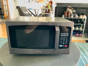Toshiba EM925A5A-BS 0.9 cu ft 900W microwave for Sale in Los Angeles, CA