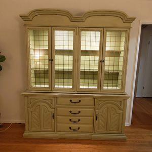 China Hutch/Curio Cabinet for Sale in Woodland Hills, CA