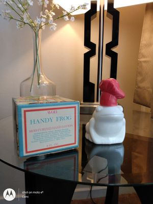 Vintage AVON WHITE GLASS DECANTER 1975 HANDY FROG MOISTURIZED HAND LOTION for Sale in Belleville, MI