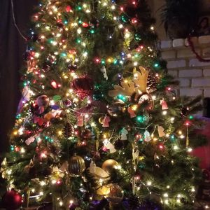 Christmas 🎄 Tree Is Not Pre-lights But Is Beautiful for Sale in Modesto, CA