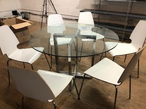 Round glass kitchen table and chairs! for Sale in Beverly Hills, CA
