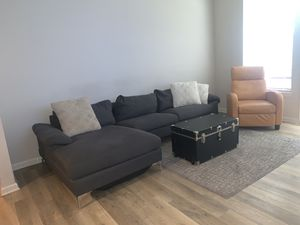 MODERN SECTIONAL COUCH// PILLOWS INCLUDED for Sale in Marietta, GA
