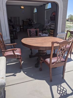 Antique round dining table for Sale in Maricopa, AZ