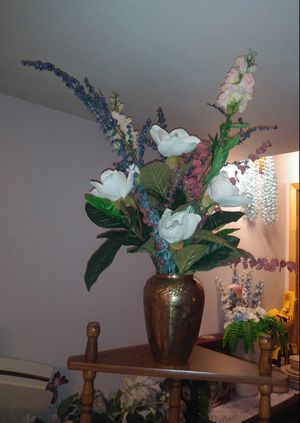 Beautiful flowers with vase for Sale in St. Louis, MO