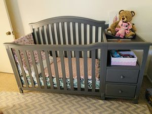 Crib and changing table/dresser combo for Sale in San Diego, CA