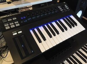 Native Instruments Komplete Kontrol 25 Keyboard Controller for Sale in Miami, FL
