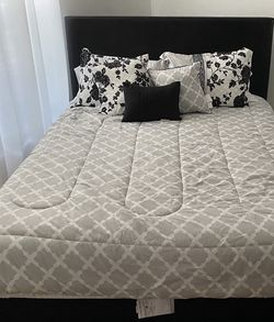 Queen Bed, Box Spring & Mattress (New) for Sale in Kissimmee,  FL