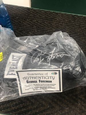 George foreman autographed glove(L386575A) for Sale in Porter, TX