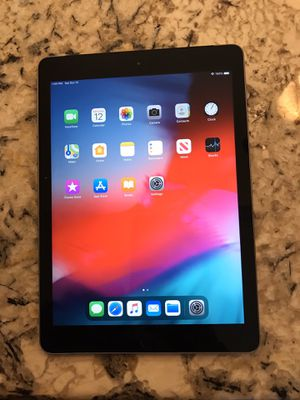 "iPad 5th Generation 2017 32GB (unlocked) 9.7"" Display, Wi-Fi + cellular for Sale in Riverside, CA"