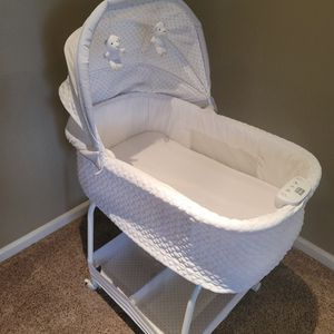Simmons Kids Silent Auto Gliding Elite Bassinet Basketweave for Sale in Chico, CA