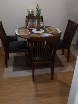 Round Table Oak Wood Finished With 4 Chair Leader Seet for Sale in Hartford,  CT