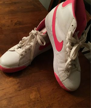 NIKE TENNIS SHOES SIZE 7 YOUTH for Sale in Lynnwood, WA