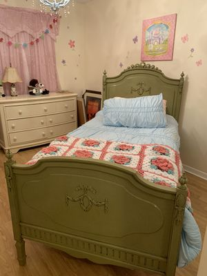 Beautiful Single bed with mattress and linens for Sale in Fort Lauderdale, FL