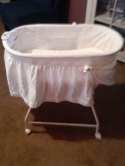 Delta Children Bassinet.. Great CONDITION for Sale in Delavan,  IL