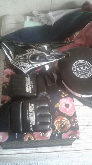 Ufc gloves. With speed bad and one pad for Sale in Tampa, FL