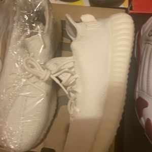 Cream Yeezy 350s Sz 9.5 for Sale in Red Springs, NC