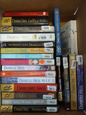 Box of Danielle steel books. Some large print for Sale in Richardson, TX
