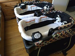 Baby trend twin bassinet and playen for Sale in Milpitas, CA