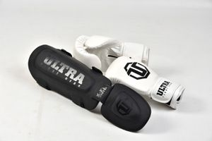 Boxing gloves 18oz and knee pads for Sale in Fort Lauderdale, FL
