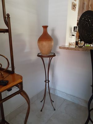 Mesa y bucaro for Sale in Hialeah, FL