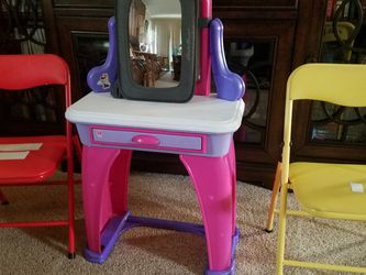 Childs Small Vanity With 2 Chairs. Free. for Sale in Aberdeen,  WA