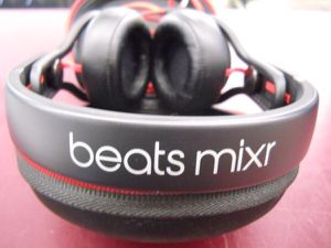 BEATS MIXR HEADPHONES COMPLETE & NEAR MINT for Sale in Columbus, OH