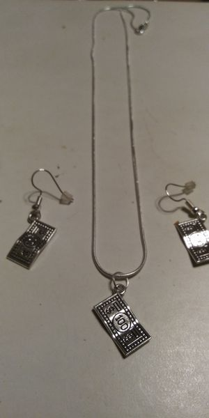 """New! 28"""" $100 bill necklace and earrings set for Sale in Brainerd, MN"""