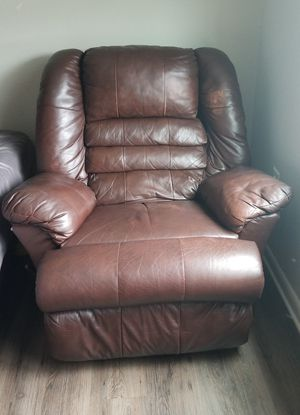 Real leather recliner differents levels chair / silla mesedora y reclinable con diferentes niveles de puro cuero for Sale in Azalea Park, FL