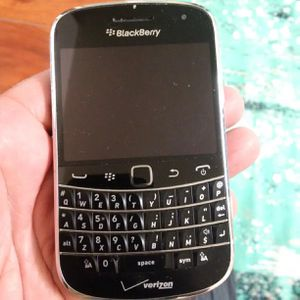 Blackberry bold 9930 Verizon 3G some visible scratches and scuffs Refurbished coming phone may be different than pic almost but same condition. for Sale in Los Angeles, CA