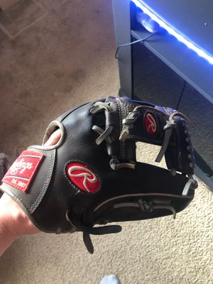 Rawlings heart of the hide 11.5 right handed glove for Sale in Addison, IL