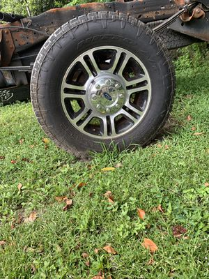 I have a full set of tires and wheels off of a Ford platinum for Sale in Tampa, FL