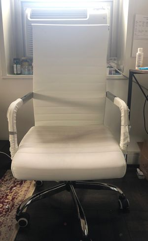 Comfy and stylish white desk chair for Sale in New York, NY