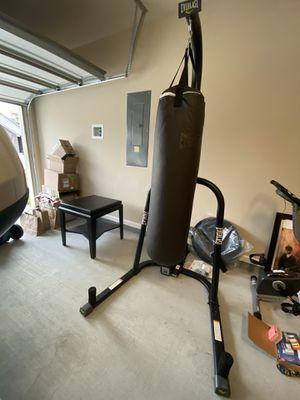 Everlast 100-lb heavy punching bag and stand. Gloves and wrist wraps included. for Sale in Gonzales, LA