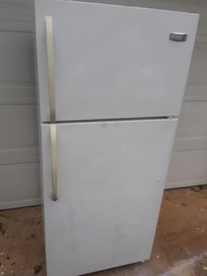 White Frigidaire Refrigerator/Freezer for Sale in Charlotte, NC