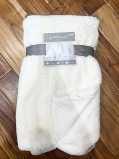 New rabbit faux fur throw blanket in white 50x70 for Sale in Henderson, NV