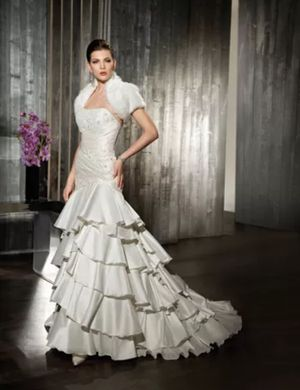 Wedding Dress Adjustable Size 8 to 12 ( M- L) OBO for Sale in Irvine, CA