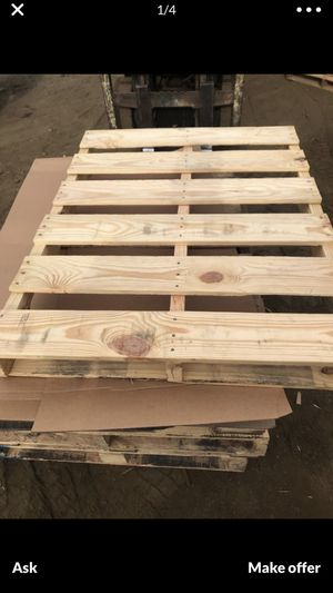 2 free wood pallets for Sale in Glendale, CA