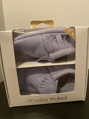 NWT Freshly Picked Leather Periwinkle Moccasins Size 4 for Sale in Chandler, AZ