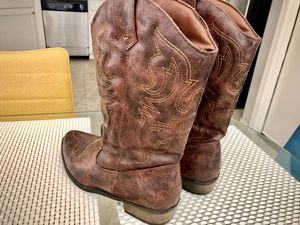 Women's cowgirl boots size 6 for Sale in Glendale, AZ